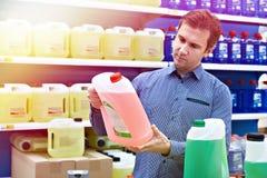 人在商店买挡风玻璃洗衣机流体 免版税库存照片