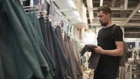 人在商店感觉毛巾,检查软性,在商业区 影视素材