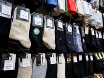 人在商店窗口` Noskoff `的` s袜子 图库摄影