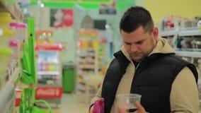 人在商店选择食物的一个容器 股票录像