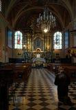 人在圣玛丽s教会里祈祷在克拉科夫 免版税图库摄影