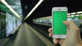 人在地铁站使用他的电话绿色屏幕 股票录像