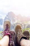 人在地面的远足者谎言 峰顶喜欢背景 晴朗的日 迁徙的起动 透镜火光 成功的背包徒步旅行者享受看法 库存照片