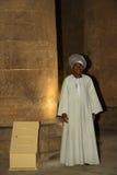 人在埃及守卫寺庙 库存照片