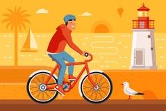 人在夏天海滩的骑马自行车 免版税图库摄影