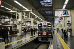 人在大阪Hankyu梅田驻地的委员会火车 免版税库存图片