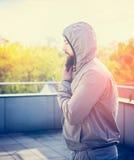 年轻人在大阳台,晴朗的都市风景的背景训练 图库摄影