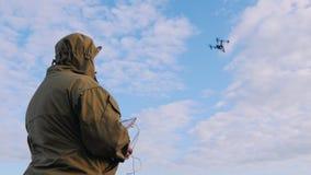 人在天空控制寄生虫,寄生虫突然飞行  影视素材