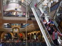 人在女王维多利亚大厦,悉尼,澳大利亚的圣诞节购物 免版税库存图片