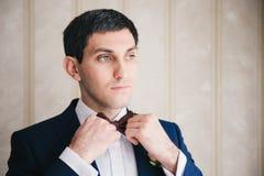 人在婚姻前调直他的领带 库存照片