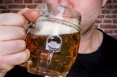 人在客栈喝啤酒 库存图片