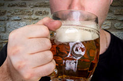 人在客栈喝啤酒 免版税库存照片