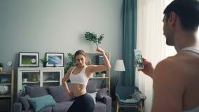 人在家摆在为智能手机照相机的女性爱好健美者录音录影 股票视频