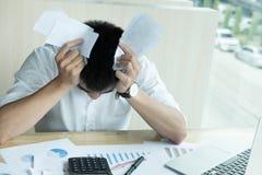 人在家计算国内汇票 使用calculat的商人 免版税库存照片