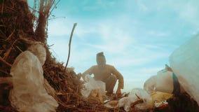 人在寻找在垃圾中的垃圾填埋无家可归者的无家可归者转储食物 社会概念问题贫穷饥饿人 股票录像