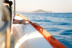 人在小船的举行绳索 图库摄影