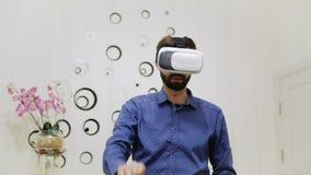 人在屋子里使用一件虚拟现实盔甲 影视素材