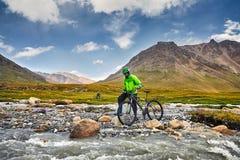 人在山的乘驾自行车 免版税图库摄影