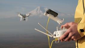 人在山附近递控制飞行quadcopter 股票视频