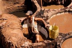 人在工作在一个皮革厂在Fes 图库摄影