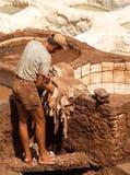 人在工作在一个皮革厂在Fes 免版税库存图片