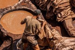 人在工作在一个皮革厂在Fes 免版税库存照片