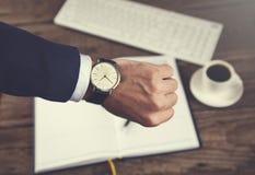 人在工作表上的手手表 免版税库存图片