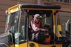 人在工作,客舱的工业蒸汽路辗司机 免版税图库摄影