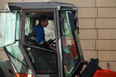 人在工作,蒸汽客舱的路辗司机 免版税库存照片