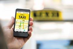 人在巧妙的电话的售票出租汽车 免版税库存图片