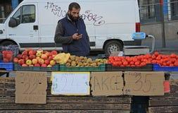 人在布尔诺卖在街市上的菜,捷克语 免版税库存照片
