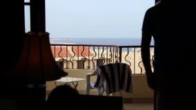 人在床离开俯视海和亲吻女孩的阳台 股票录像