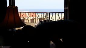 人在床离开俯视海和亲吻女孩的阳台 影视素材