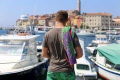 年轻人在度假-后面看法 库存照片