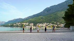 人在战士姿势的逗留在海边的瑜伽班期间 影视素材
