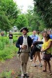 年轻人在战士的服装穿戴了,引导人通过历史的国王的Garden,堡垒Ticonderoga,纽约, 2014年 免版税库存图片