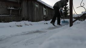 人在房子附近清洗雪 慢动作录影 股票录像