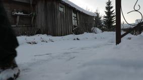 人在房子附近清洗雪 慢动作录影 影视素材