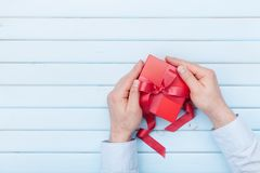 人在手上拿着一个礼物盒情人节或圣诞节 文本的顶视图和拷贝空间 库存图片