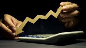 人在手上拿着箭头作为标志 增加或减少在事务 股票视频