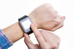 人在手边观看在有黑屏的巧妙的手表 免版税图库摄影