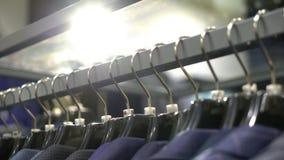 人在挂衣架的衣服夹克行  股票录像