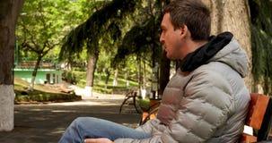 人在春天坐一条长凳在公园 股票录像