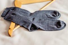 人在晒衣架附近的` s袜子在bedroom_ 库存图片