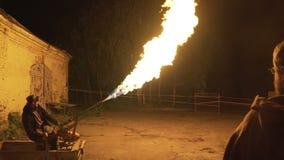 人在晚上射击从火焰喷射器的火在正方形 股票视频