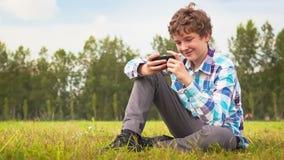 年轻人在智能手机沟通 股票录像