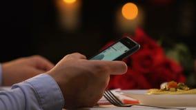 人在智能手机的卷动网页,选择礼物对他的女朋友,交付 影视素材