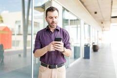 人在智能手机的读书E纸在商城 免版税图库摄影