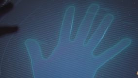 人在暗室,特写镜头应用他的手塑造外形在显示的棕榈 股票视频