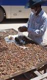 人在暹粒卖蜗牛 免版税库存图片